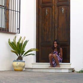 casa rural en competa- maria en la puerta ppal.