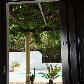 casa rural en competa- puerta a la piscina