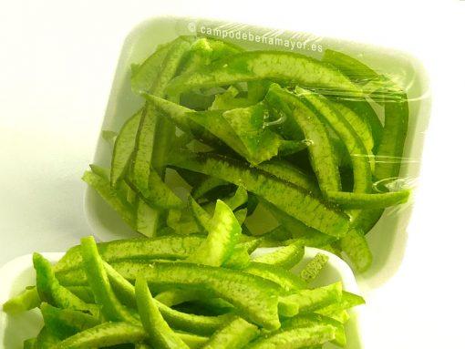 Bandeja de pomelo deshidratado en tiras de piel verde